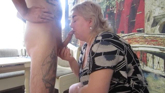 Грудастая и сочная тётя стала вместе с подругой ублажать племянника